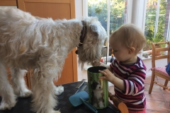 Bella wird von ihrer kleinen Freundin gefüttert